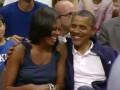На высшем уровне. Обама целует первую леди на баскетбольном матче