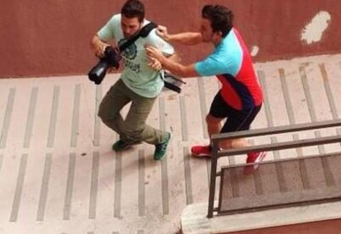 Алонсо атакует фотографа