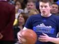 В НБА болельщик забросил мяч с середины площадки