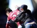 Болельщик выбежал на поле и одним ударом в голову отправил в нокдаун капитана Астон Виллы
