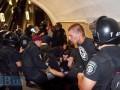 Появились фото, как столичная милиция задерживала фанатов в метро