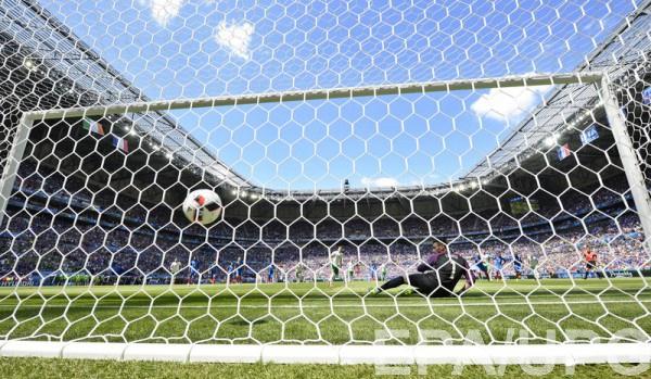 Гол с пенальти в ворота Франции