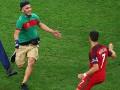 Болельщик, пытавшийся обнять Роналду во время матча, оштрафован и депортирован