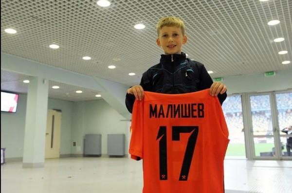 Максим Малышев подарил футболку маленькому фанату
