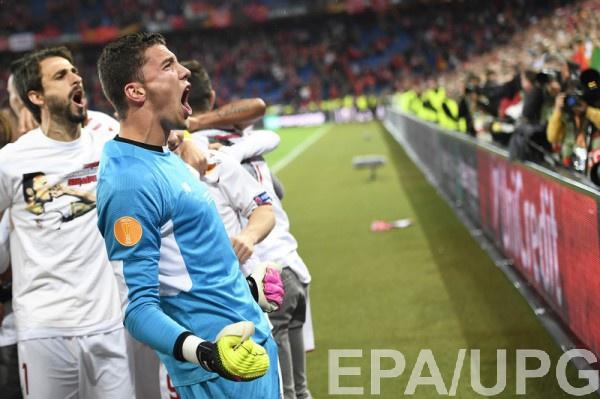 Севилья посвятила победу в Лиге Европы умершему на поле партнеру