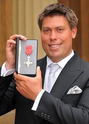 Симпсон был награжден Орденом Британской империи в 2009 году