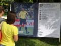 В Донецке болельщикам предлагают оставить комментарии на плакате с изображением арбитра матча Англия-Украина
