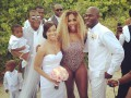 Первая ракетка мира пришла на свадьбу в ярком купальнике (фото)