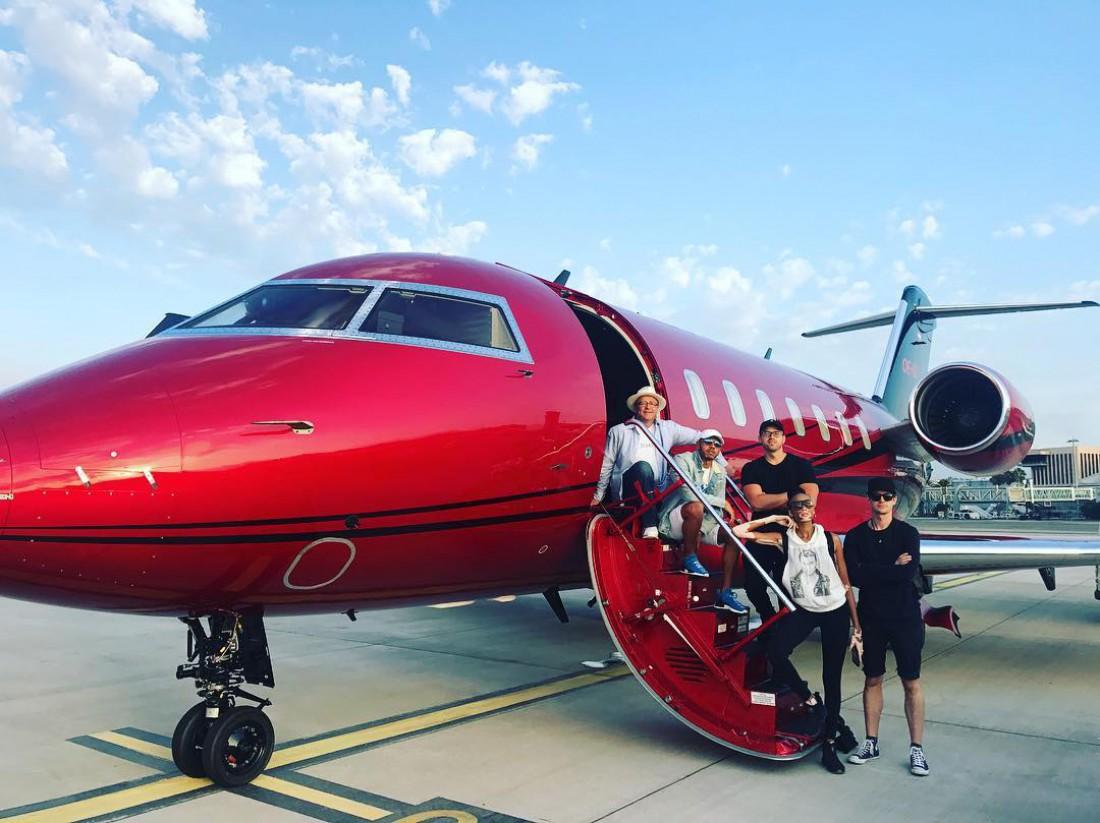 Льюис Хэмилтон с семьей на фоне частного самолета