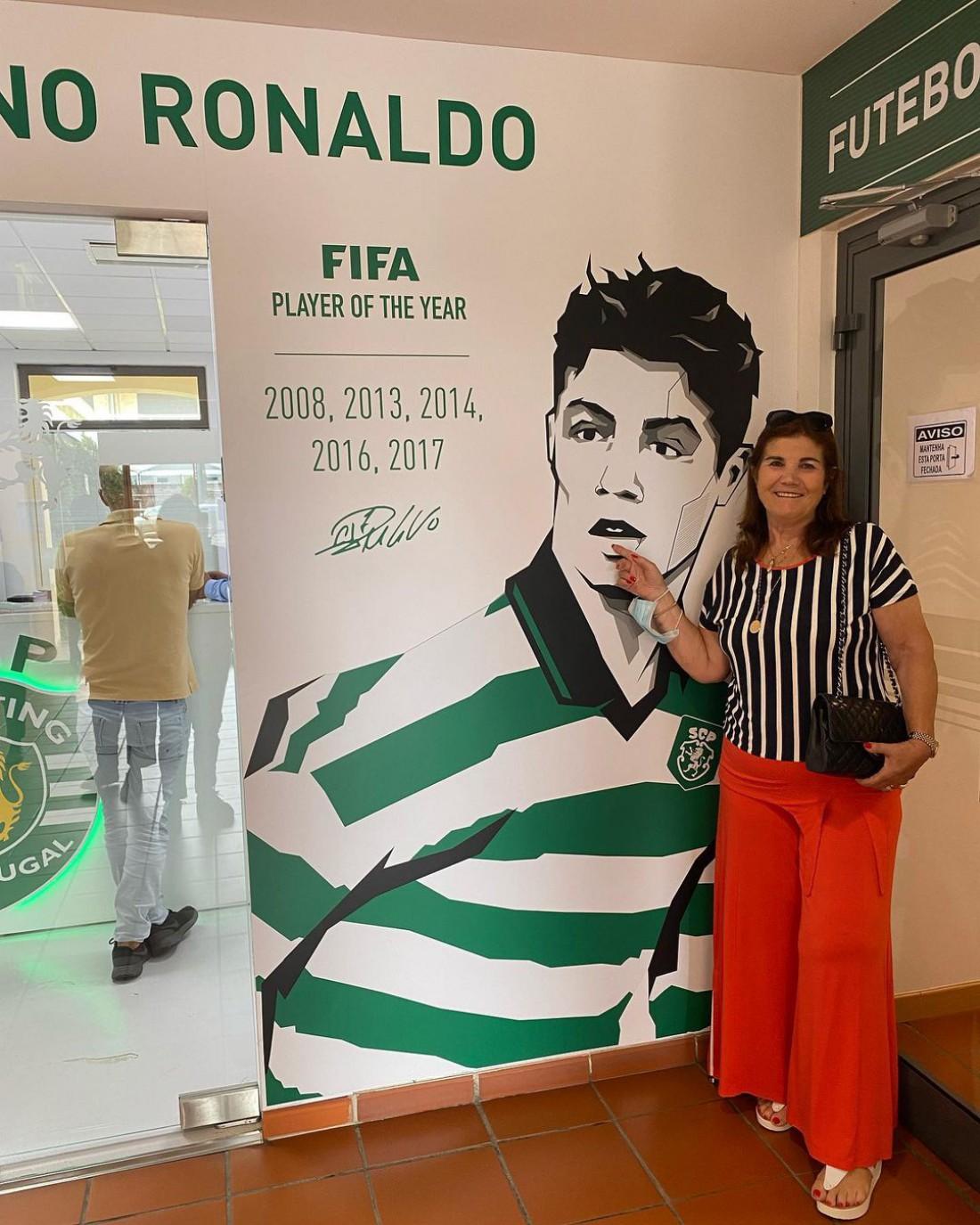 Долорес Авейру около изображения сына на стадионе Спортинга