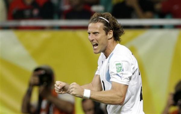 Диего Форлан принес победу Уругваю