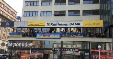 Фанаты сборной Украины в центре Загреба поют песни Океана Эльзы