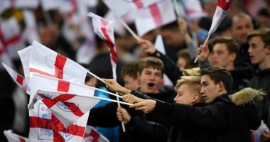 Болельщики сборной Англии забили крутой гол бумажным самолетиком