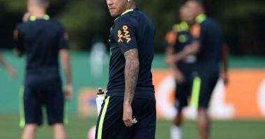Это вам не песни петь: Неймар побрил наголо новичка сборной Бразилии