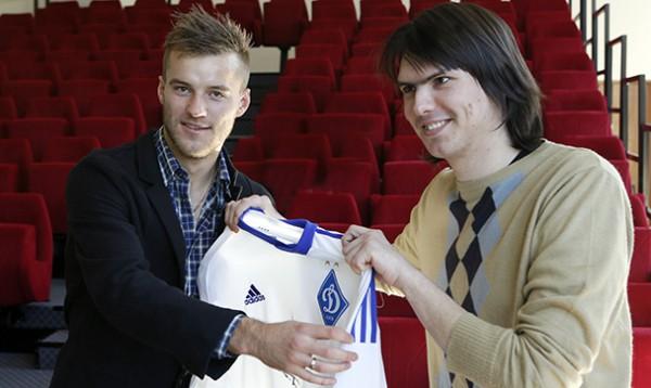 Андрей Ярмоленко вручил футболку болельщику