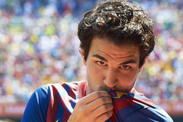 Фабрегас целует уже не эмблему Арсенала, а Барселоны
