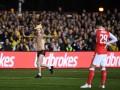 Фанат Саттона в трусах и шапке жирафа прервал матч с Арсеналом