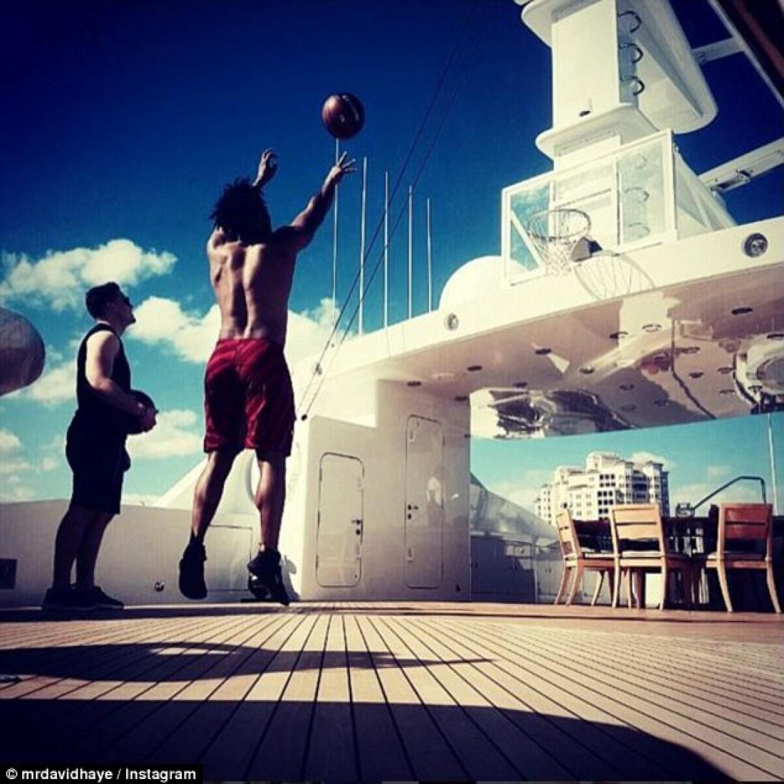 Дэвид Хэй играет в баскетбол на яхте