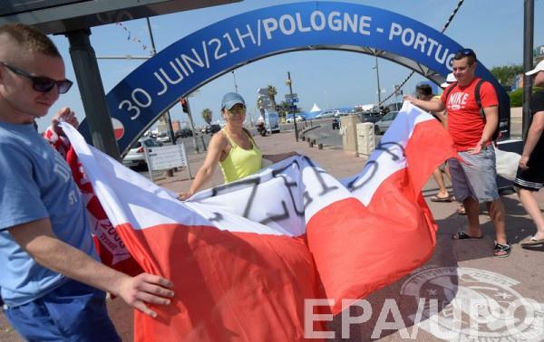 Фанаты развернут огромный флаг Польши