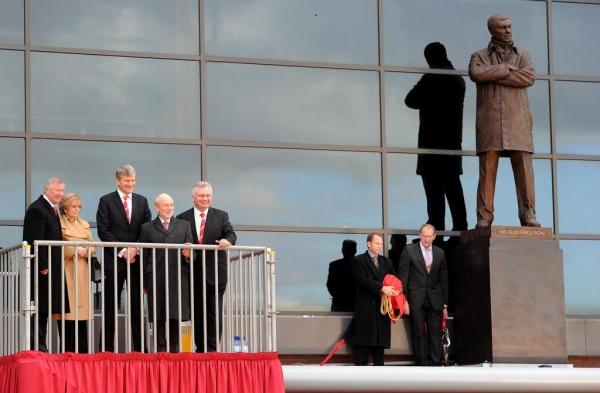 Торжественный момент открытия памятника