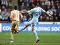 Фанат, выбежавший на поле, получил под зад от футболиста