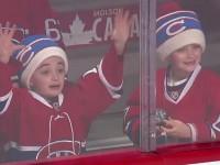 Неподдельная радость: Юный фанат обрадовался хоккейному подарку