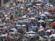 Зрителям пришлось наблюдать за гонкой из-под зонтов