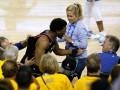 НБА дисквалифицировала на год совладельца Уорриорз за толчок игрока Торонто