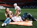 Трогательные кадры: Как игроки Шахтера вместе с женами и детьми фотографировались
