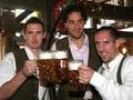 Бавария отметила Рождество метанием ножей в Луку Тони
