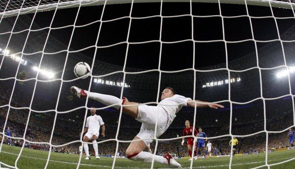 Арбитр не замечает гол в ворота Англии