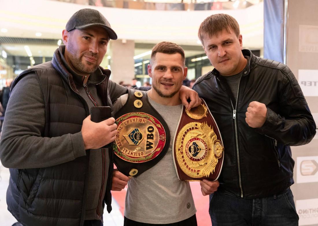 Денис Беринчик (в центре)