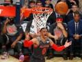 Баскетболист пропустил мяч между ног соперника и обеспечил очки своей команде