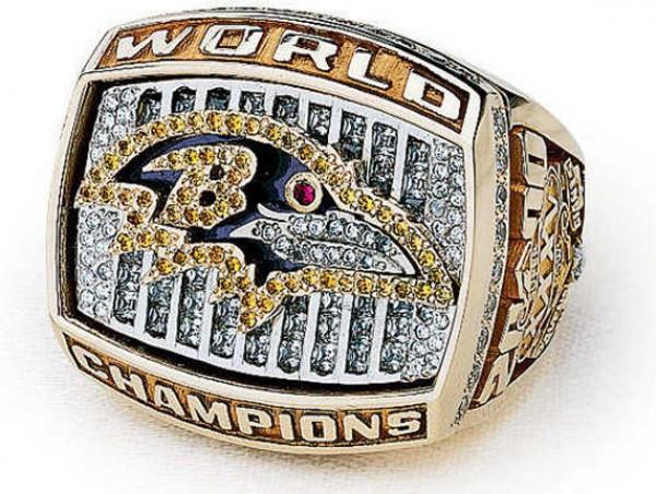 Чемпионский перстень, который получили игроки Ravens в триумфальном для команды 2000-м году