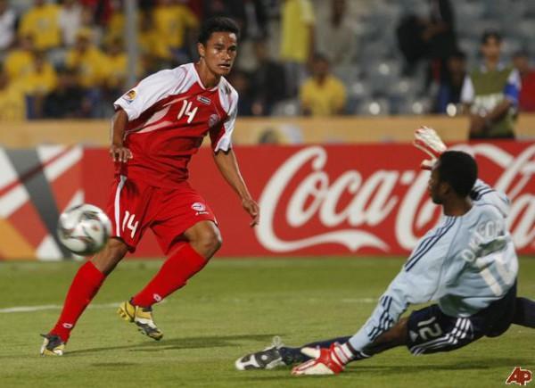 Лучший бомбардир сборной Таити атакует ворота Нигерии в 2009 году