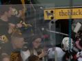 Фанат чуть не украл клюшку хоккеиста после матча