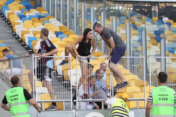 Фанаты Копенгагена спасались, перепрыгивая на поле