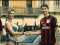 Футболисты Милана с помощью девушки в бикини остановили пару грабителей