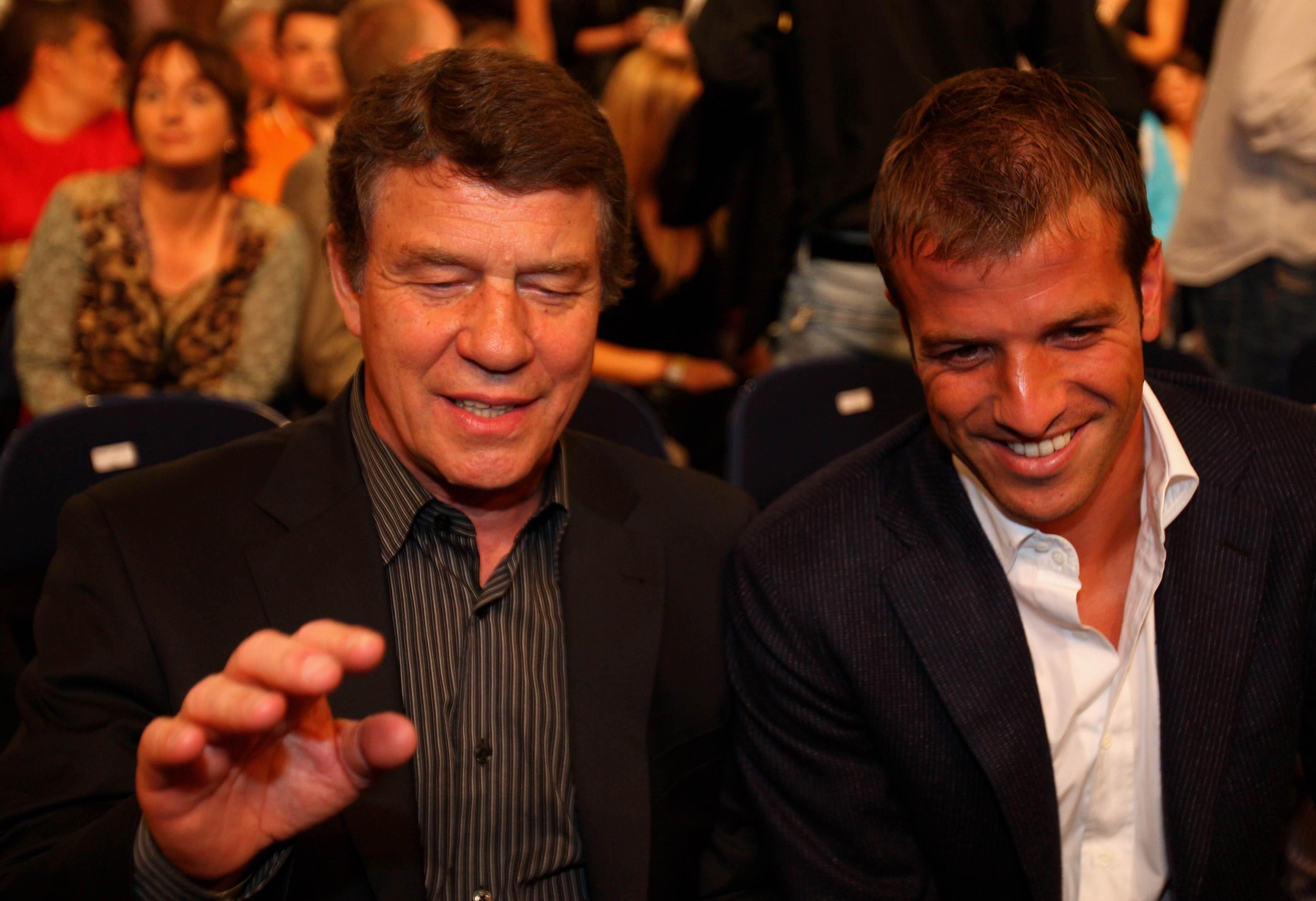 Бывший главный тренер сборной Греции по футболу Отто Рехагель и полузащитник сборной Нидерландов Рафаэль ван дер Варт