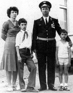 Владимир Кличко с матерью Надеждой Ульяновной, отцом Владимиром Родионовичем и старшим братом Виталием