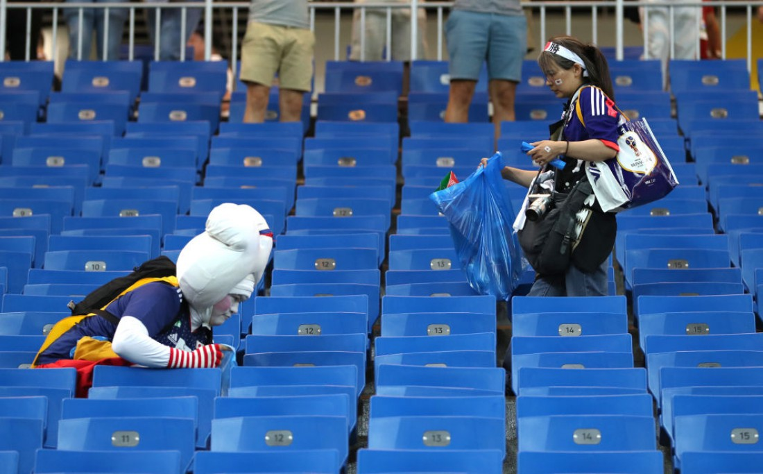 Японские фанаты убрали мусор на стадионе