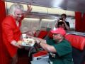 Бывший босс команды Формулы-1 поработал стюардессой (ФОТО)