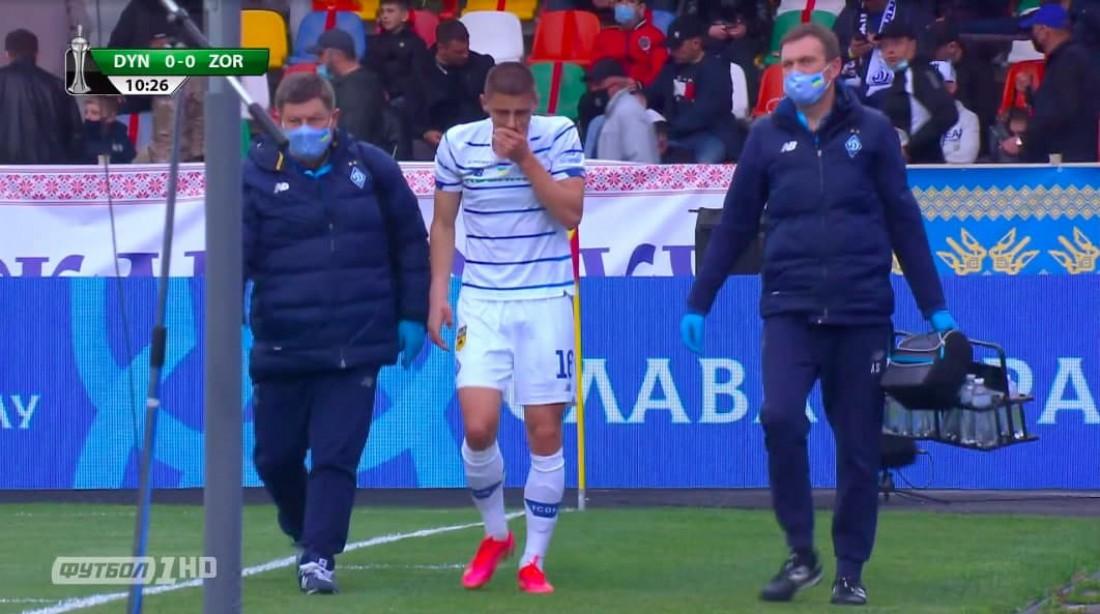 Виталий Миколенко покидает поле из-за травмы