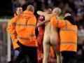 Капитана Ливерпуля с юбилейным матчем выбежал поздравить голый фанат