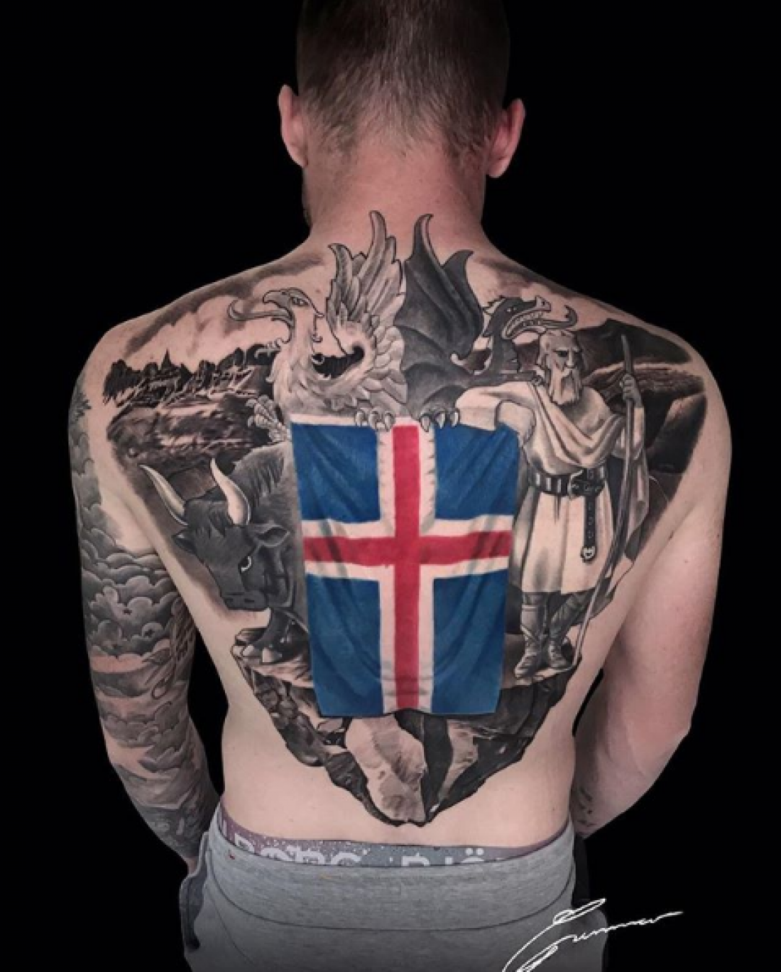 Арон Гуннарссон набил новую татуировку