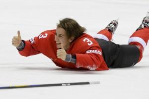 Швейцарская хоккеистка радуется победе над Швецией в матче за олимпийскую бронзу