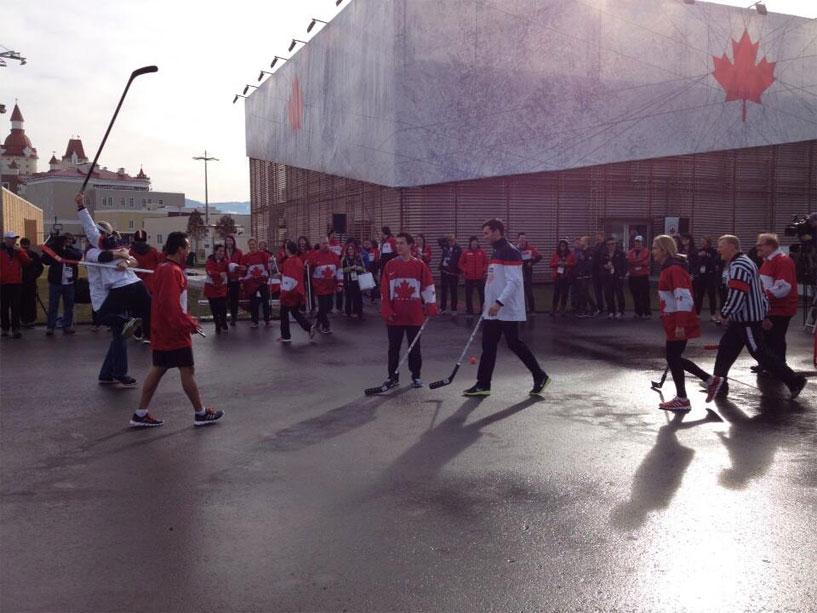 Канадские и американских спортсмены в Сочи устроили батл по хоккею с мячом