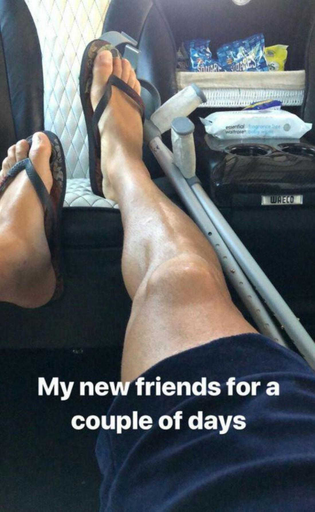 Сеск Фабрегас опубликовал фото с костылями