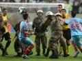 Румынская полиция арестовала футболиста прямо на поле (ВИДЕО)