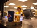 На Олимпийском пиво наливают из помоев - работница фаст-фуда (ВИДЕО)